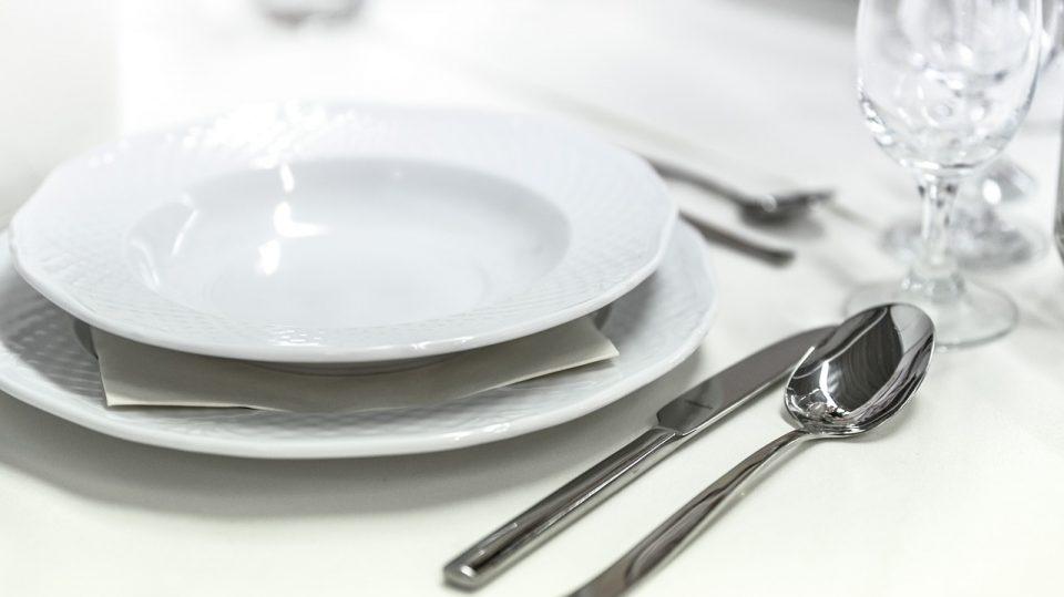 Die Knigge bestimmt die gängigsten Tischmanieren