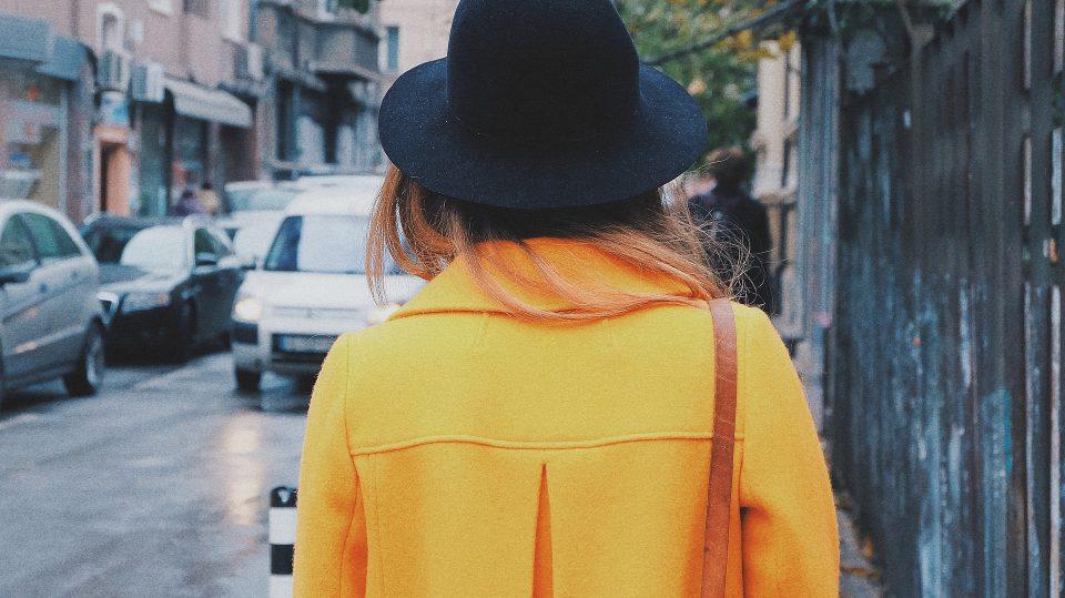 Street Fashion bringt Farbe in graue Straßen wie diese