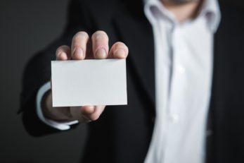 Die klassischen Visitenkarten stehen den elektronischen Visitenkarten mittlerweile in vielen Punkten nach