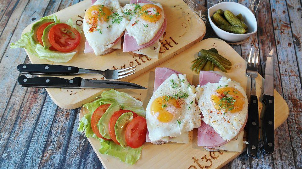 Ein ausgewogenes Frühstück zählt zur richtigen Ernährung für Sportler