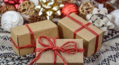 Liebevoll verpackte Weihnachtsgeschenke kommen immer gut an