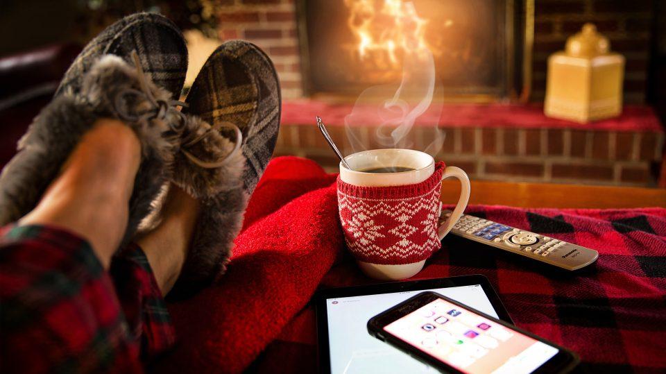 Eine heiße Tasse Tee vor dem Kamin kann für die volle Entspannung sorgen