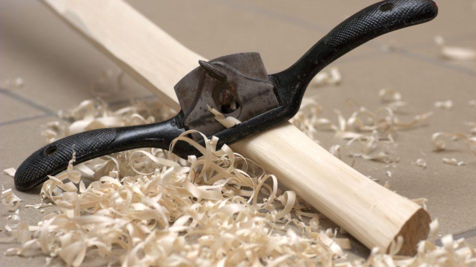 Mit dem Ziehhobel lassen sich konkave Formen perfekt bearbeiten