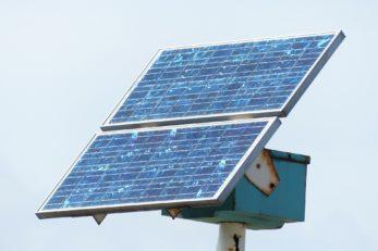 Eine Solarzelle sorgt bei Sonneneinstrahlung für umweltfreundlichen Strom