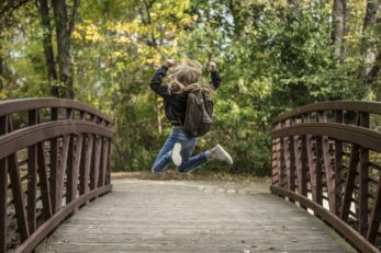 Kind freut sich über die Anschaffung von einem Schulranzen zur Einschulung
