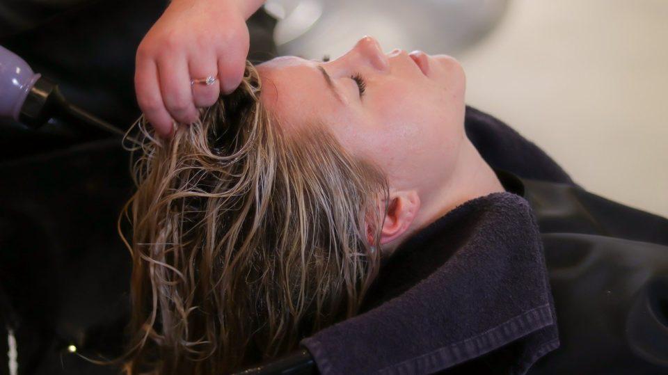 Haare richtig waschen beim Friseur